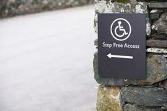 Stap vrije toegang voor gehandicapte rolstoelgebruiker in landelijk platteland royalty-vrije stock afbeelding
