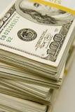 Stapel $100 Rechnungen Stockfoto