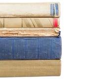 Stapel abgenutzte Bücher auf weißem Hintergrund stockfoto