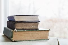 Stapel alte abgenutzte Bücher auf einer Tabelle Stockbild