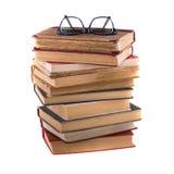 Stapel alte antike Bücher und Schauspiele, in stark-eingefaßt Lizenzfreies Stockbild