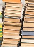 Stapel alte Bücher als Hintergrund Stockbilder