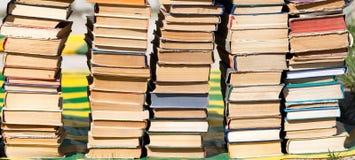 Stapel alte Bücher als Hintergrund Stockfoto