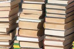 Stapel alte Bücher als Hintergrund Stockfotos