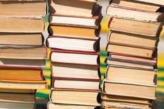 Stapel alte Bücher als Hintergrund Lizenzfreie Stockfotografie