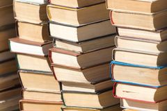 Stapel alte Bücher als Hintergrund Stockbild