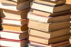 Stapel alte Bücher als Hintergrund Stockfotografie
