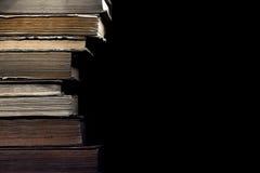 Stapel alte Bücher auf dem schwarzen Hintergrund Lizenzfreies Stockbild