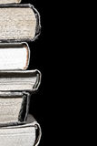 Stapel alte Bücher auf dem schwarzen Hintergrund lokalisiert Stockfotografie