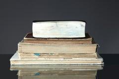 Stapel alte Bücher auf Dunkelheit Lizenzfreie Stockbilder