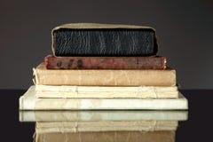 Stapel alte Bücher auf Dunkelheit Lizenzfreie Stockfotos
