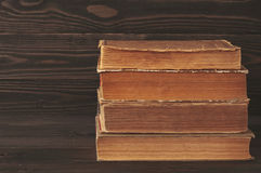 Stapel alte Bücher auf dunklem hölzernem Hintergrund Stockbild