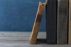 Stapel alte Bücher auf einem hölzernen Bücherregal Lizenzfreies Stockfoto