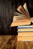 Stapel alte Bücher auf einem Holztisch Stockbild