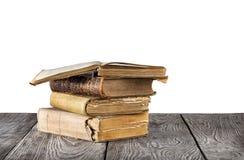 Stapel alte Bücher auf einem Holztisch Lizenzfreies Stockbild