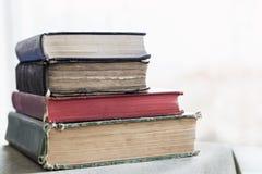 Stapel alte Bücher auf einer Tabelle Lizenzfreie Stockbilder
