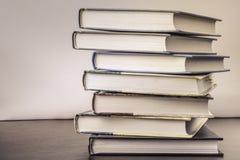 Stapel alte Bücher auf einer Tabelle zur Bibliothek Stockbild