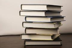 Stapel alte Bücher auf einer Tabelle zur Bibliothek Stockfotos