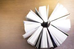 Stapel alte Bücher auf einer Tabelle zur Bibliothek Stockfoto
