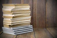 Stapel alte Bücher auf hölzernem Hintergrund Lizenzfreies Stockfoto