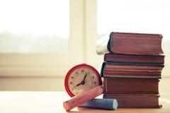 Stapel alte Bücher auf hölzernem Schreibtisch Stockfotos