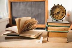 Stapel alte Bücher auf hölzernem Schreibtisch Lizenzfreie Stockfotografie