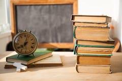 Stapel alte Bücher auf hölzernem Schreibtisch Stockbilder