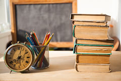 Stapel alte Bücher auf hölzernem Schreibtisch Lizenzfreies Stockfoto