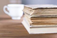 Stapel alte Bücher auf Holztisch Stockfotografie