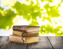 Stapel alte Bücher auf Holztisch Stockfoto