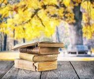 Stapel alte Bücher auf Holztisch Lizenzfreie Stockbilder