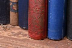 Stapel alte Bücher auf Tabelle Lizenzfreie Stockfotos