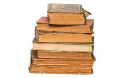 Stapel alte Bücher auf weißem Hintergrund Stockbilder