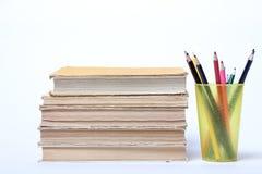 Stapel alte Bücher Bleistifte in einem Glas Stockfotos