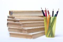 Stapel alte Bücher Bleistifte in einem Glas Lizenzfreie Stockfotos