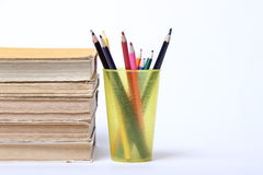 Stapel alte Bücher Bleistifte in einem Glas Lizenzfreie Stockbilder