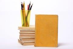 Stapel alte Bücher Bleistifte in einem Glas Lizenzfreie Stockfotografie