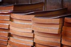Stapel alte Bücher in der Buchhandlung, aus zweiter Hand Buch Lizenzfreie Stockfotos