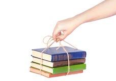 Stapel alte Bücher in der Hand Stockfotografie