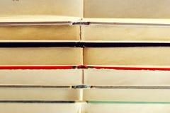 Stapel alte Bücher, die auf einander liegen Stockbilder