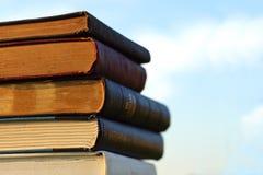 Stapel alte Bücher draußen Stockbild