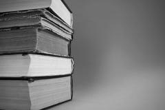 Stapel alte Bücher ein schwarzes Bild Stockbilder