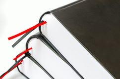 Stapel alte Bücher getrennt auf Weiß Stockbild