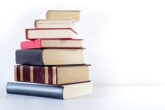 Stapel alte Bücher getrennt auf Weiß Lizenzfreie Stockfotos