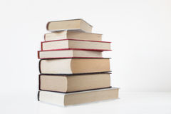 Stapel alte Bücher getrennt auf Weiß Lizenzfreie Stockfotografie