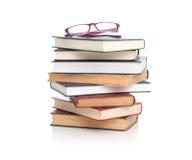 Stapel alte Bücher getrennt auf Weiß Stockfotos