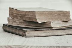 Stapel alte Bücher im Garten Stockfotos