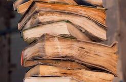 Stapel alte Bücher im Netz und Staub in einer Bibliothek Lizenzfreie Stockbilder