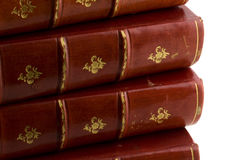 Stapel alte Bücher im roten Leder Stockfotos