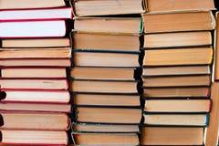 Stapel alte Bücher kompiliert in einer aufrechten Position Stockfotos